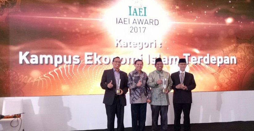 UNAIR Menangkan Penghargaan Kampus Ekonomi Islam Terdepan Dari IAEI