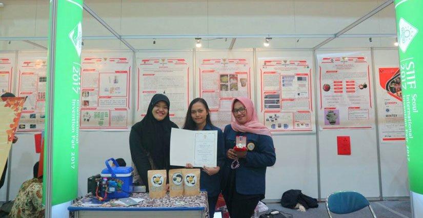 Teliti Tentang Limbah Buah Naga, Empat Mahasiswa UNAIR Raih Penghargaan Tingkat Internasional