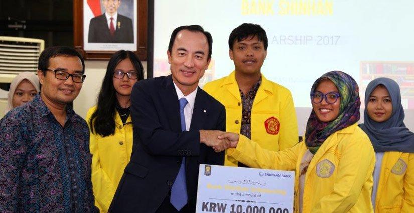 Shinhan Bank Korea Berikan Beasiswa Rp124Juta Kepada 15 Mahasiswa UI