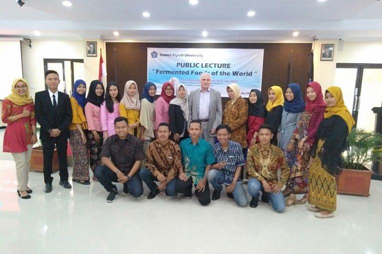 Mantan Presiden IUFoST Berbagai Ilmu Fermentasi Pangan dalam Kuliah Umum di Unisri