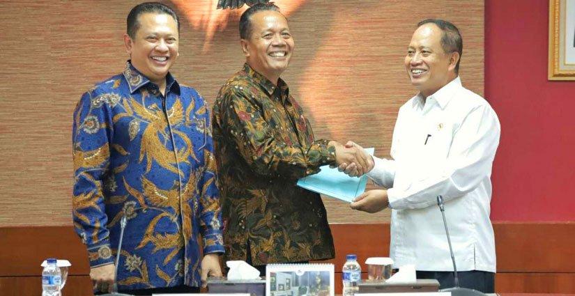 Kemenristekdikti Serahkan SK Pendirian Universitas Perwira Purbalingga